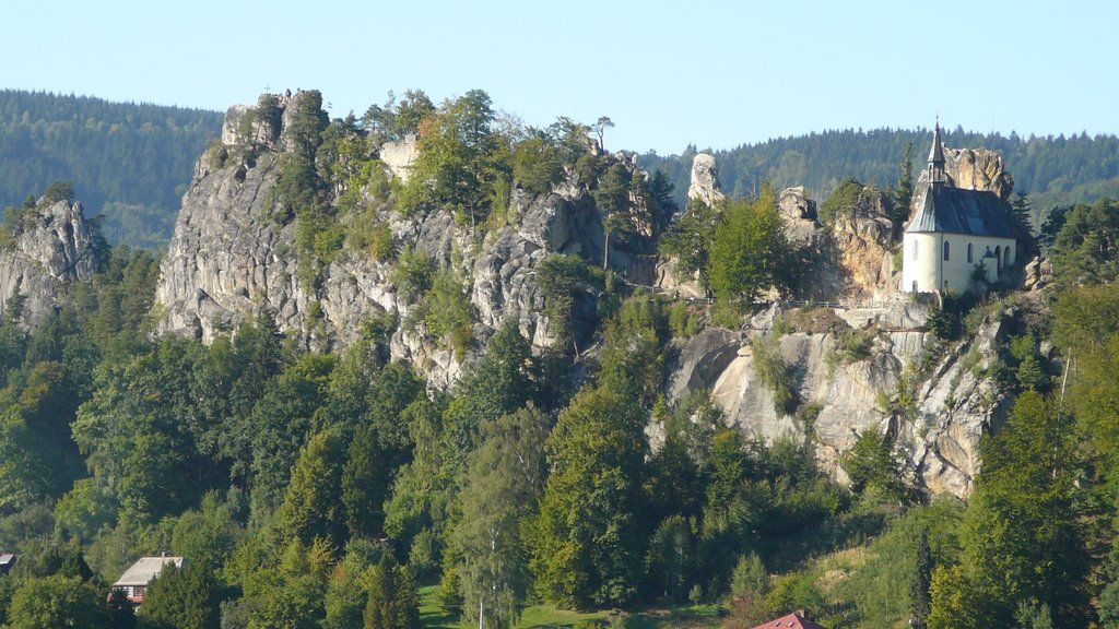 Vranov-Pantheon dominating the knife ridge above Malá Skala.