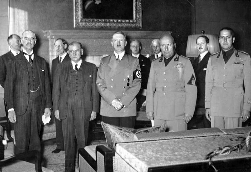 Chamberlain, Daladier, Hitler, and Mussolini shorting after the conclusion of the Munich. Photo courtesy of the German Federal Archive, Bundesarchiv, Bild 183-R69173 / CC-BY-SA 3.0